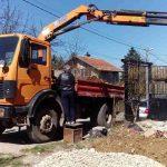 Камион с щипка за товарене на отпадъци